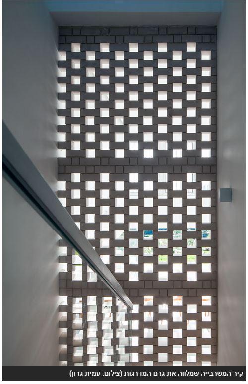 קיר המשרבייה שמלווה את גרם המדרגות